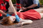 Paramedic helping unconscious woman — Stok fotoğraf