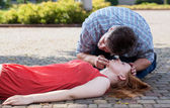 Man checking if woman's conscious — Stock Photo