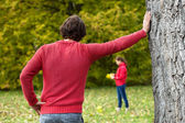 Man observing his girlfriend in park — Stockfoto