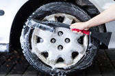Professional hubcap cleaning — Stock Photo
