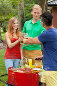 Beber cerveza en una fiesta en el jardín — Foto de Stock