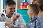 Halsen undersökning på barnläkares kontor — Stockfoto