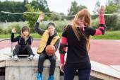 Mädchen winken Abschied am skatepark — Stockfoto