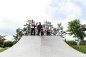 Teenagers standing on a halfpipe — Stock Photo