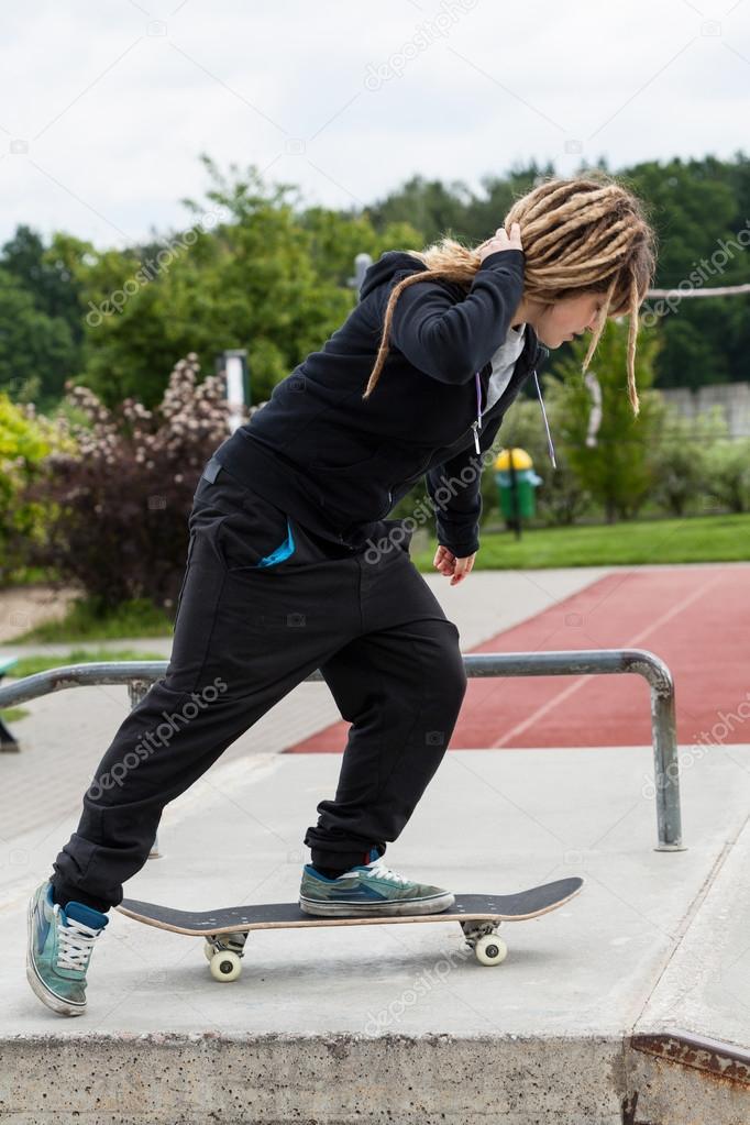 Adolescente quitation son skateboard photographie 52500303 - Creer son skateboard ...