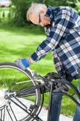 Man repaired pedals a bicycle — Stock Photo