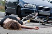 Unconscious cyclist after road accident — Stock Photo