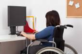 Mujer en silla de ruedas en oficina — Foto de Stock
