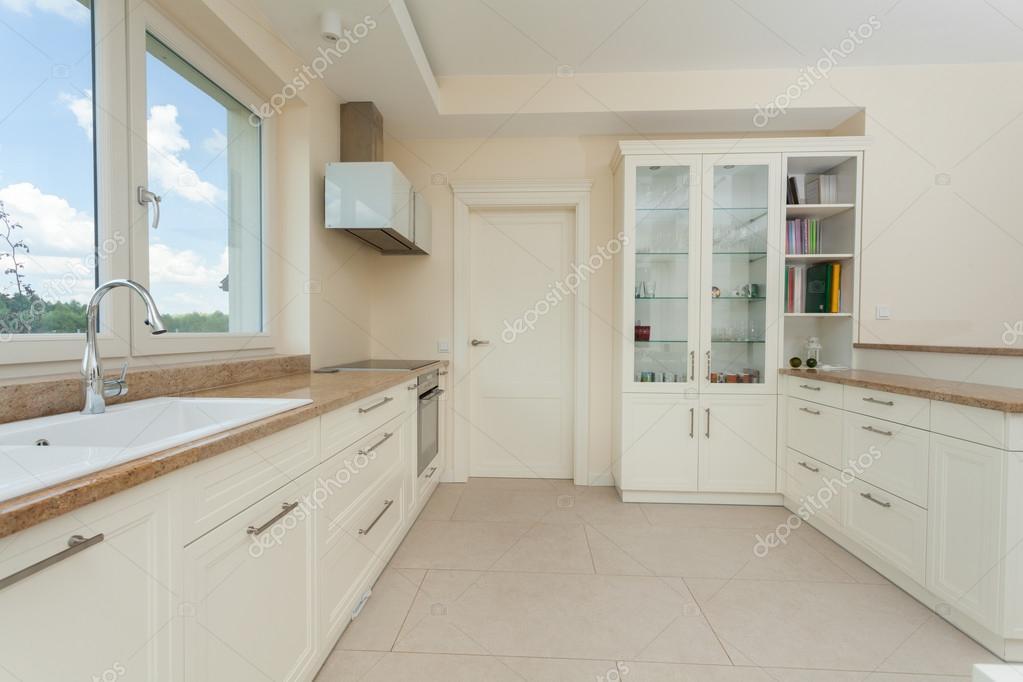 Moderne witte keuken met granieten toppen현대 흰색 부엌 화강암 ...
