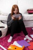 Speelspel op Tablet Pc in plaats daarvan leren — Stockfoto