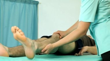 Physiotherapist making patient knee exercises video — Stock Video