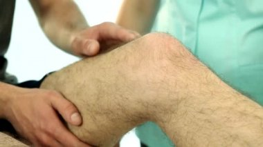 Physiotherapist examining patient knee video — Stock Video