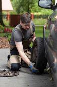 человек, меняющиеся автомобильное колесо — Стоковое фото