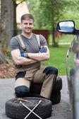 Homme prospère avant de changer de roue de voiture — Photo