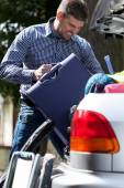 Man can't put luggage into trunk — Stock Photo