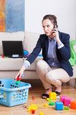 Женщина работает и организацию игрушки — Стоковое фото