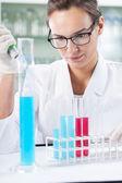 Chemik robi eksperyment — Zdjęcie stockowe