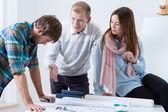 Jovens arquitetos, trabalhando em um projeto — Fotografia Stock