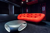 Czerwona kanapa i nowoczesny stolik — Zdjęcie stockowe