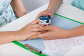 Doctor using pulse oximeter — Stock Photo