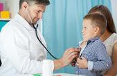 Pediatrist examinate patient with stethoscope — Stock Photo