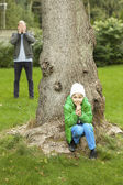 Hide and seek in garden — Stockfoto