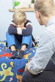 Beleidigt Sohn in seinem Zimmer — Stockfoto