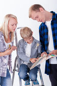 Family choosing wall color — Stock Photo
