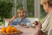 Boy eating tasty cake — Stock Photo