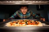 Adam alarak pizza fırın — Stok fotoğraf
