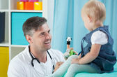 Smiling pediatrician and his little patient — Fotografia Stock
