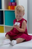 Little girl with smart phone — 图库照片