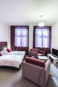 Double hotel room with violet curtains — Stockfoto