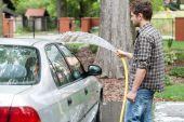 Man perfusing his car — Stock Photo