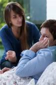 Femme malade inquiète à bad — Photo