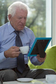 Alter mann, kaffee trinken — Stockfoto