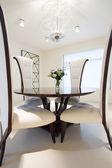 椅子が付いた丸テーブル — ストック写真