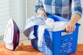 Cesta llena de ropa — Foto de Stock