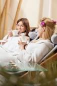 Het drinken van thee op spa kamer — Stockfoto