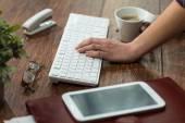 Femelle en tapant sur le clavier — Photo