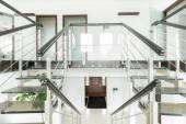 Pasillo con escaleras — Foto de Stock