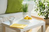 Weißer Tisch im Wohnzimmer — Stockfoto