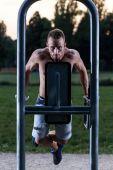Man pulling up on excercise machine — Stock Photo