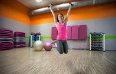 Saltando en el gimnasio — Foto de Stock