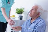 Retired man in hospital — Stockfoto