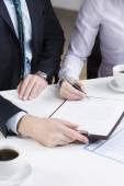 Businessperson signing important document — Foto de Stock