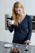 Using tablet during drinking coffee — Stock Photo