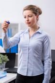 Businesswoman holding felt tip pen — Stock Photo