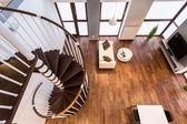 Escalier courbe dans la salle de séjour — Photo