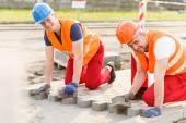敷石を敷き労働者 — ストック写真